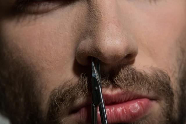 鼻毛を切る
