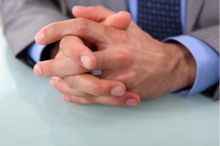 男性の整えられた爪
