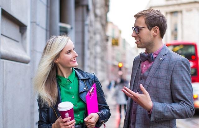 女性と会話